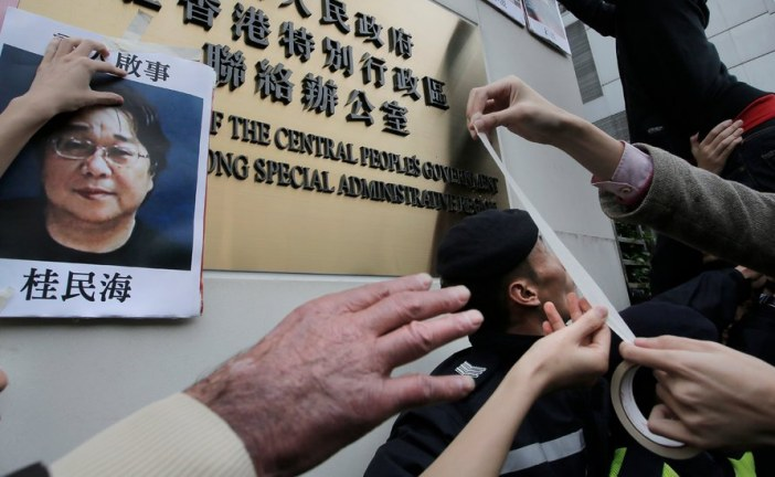 Chinese Police Seize Publisher From Train in Front of Diplomats